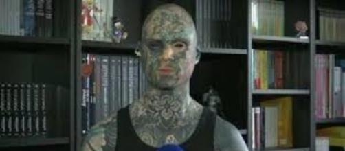Tatoué de la tête au pied, il pourrait perdre son emploi - Photo capture d'écran Facebook