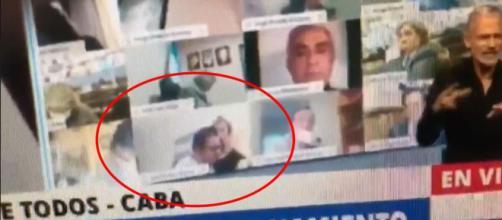 El diputado argentino Juan Emilio Ameri en una situación erótica durante una sesión virtual de la Cámara de Diputados.