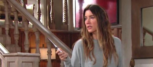 Spoiler Beautiful: Steffy minaccia i parenti con un coltellino.