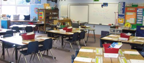 Las aulas se preparan para el regreso de los niños, mientras los padres están preocupados por una posible baja laboral.
