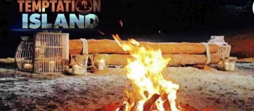 Temptation Island, il debutto sarebbe posticipato: una fidanzata ha scoperto un tradimento.