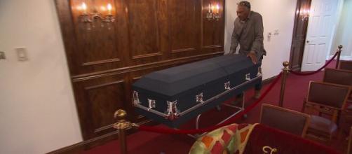 Las funerarias hacen acopio de féretros