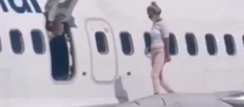 Victime d'un coup de chaud, elle ouvre l'issue de secours et se balade sur l'aile de l'avion - photo capture d'écran facebook et instagram