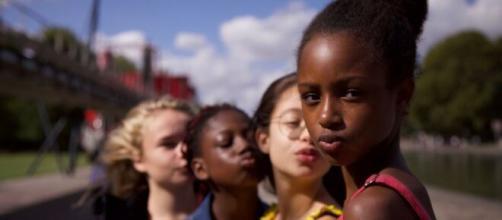 Acusan a 'Cuties' de sexualizar a las niñas tras la publicación del cartel publicitario de Netflix