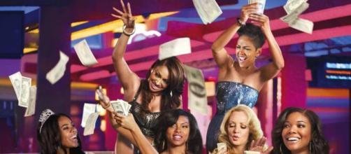 Mulheres comemorando após conseguir o que queriam em 'Pense como Eles'. (Reprodução/YouTube)