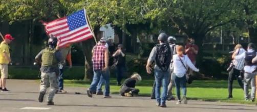Polícia separa briga entre manifestantes pró-Trump e antirracismo em Oregon. (Reprodução/CBS)