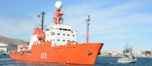 Asistido por un remolcador el Hespérides inicia la maniobra para hacerse a la mar en pos del Polo Sur
