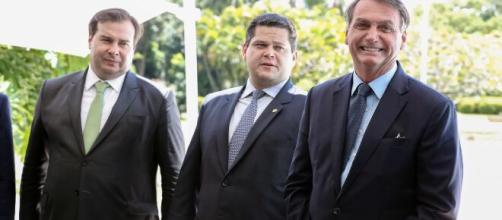 Rodrigo Maia culpa Bolsonaro pelas 200 mil mortes por coronavírus no Brasil. (Arquivo Blasting News)