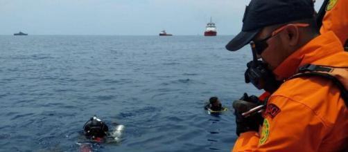 Un boeing se estrelló en el mar de Java con 12 tripulantes y 50 pasajeros
