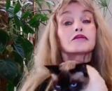 """Arielle Dombasle offre 10 000 € à l'association """" Les chats de Stella"""" - Photo Instagram Arielle Dombasle"""