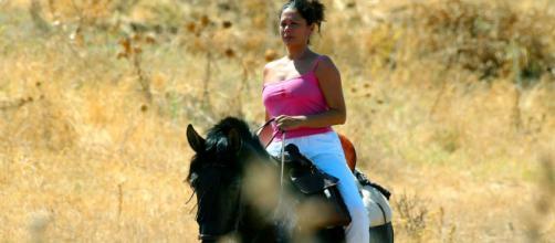 Isabel Pantoja recorre la finca Cantora a caballo.
