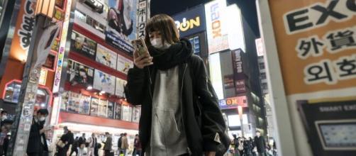 Una ciudadana de Tokio consulta su teléfono móvil, en una imagen de archivo