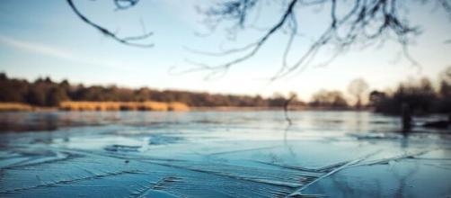 Deux adolescents sauvent un bébé tombé dans un lac gelé. © Pixabay