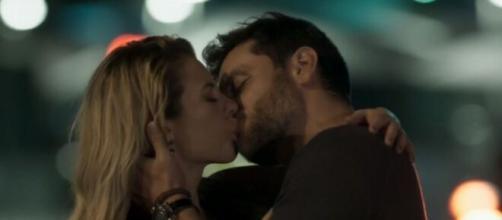 """Jeiza e Caio engatam romance em """"A Força do Querer"""". (Reprodução/TV Globo)"""