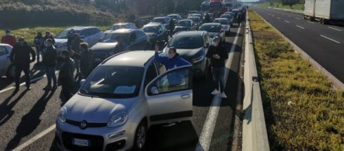 Caserta, i ristoratori protestano contro le norme Covid-19: bloccato un tratto dell'autostrada A1.