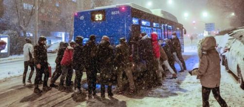 Los ciudadanos intentan desplazarse a pesar de las gélidas temperaturas