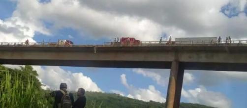 Caminhão cai da mesma ponte que foi cenário de acidente com ônibus. (Reprodução/Redes Sociais)