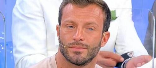 Michele Dentice dice addio a Uomini e donne: 'Vado via, lascio il programma'.