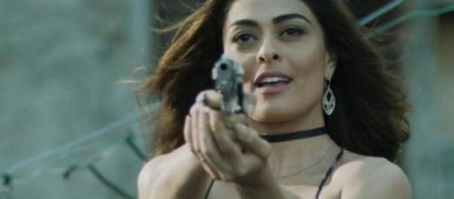 """Bibi empunha arma contra Jeiza em """"A Força do Querer"""". (Reprodução/TV Globo)"""