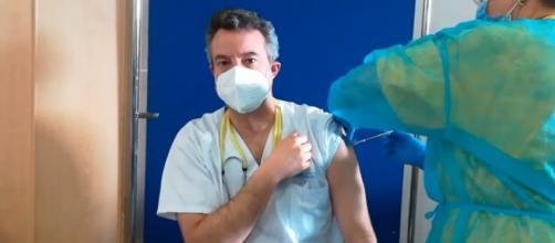 El Doctor César Carballo recibe la primera dosis de la vacuna contra el coronavirus