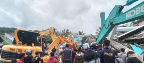 Equipos de rescate en trabajan en Mamuju tras el terremoto.