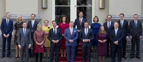 Renuncia gobierno holandés en pleno