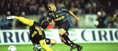 Ronaldo Fenômeno faz parte da lista de jogador do século. (Arquivo Blasting News)
