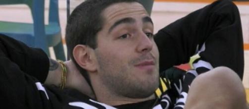 GF Vip, Tommaso Zorzi colpito da un attacco d'ansia, i fan: 'Portato allo sfinimento'.