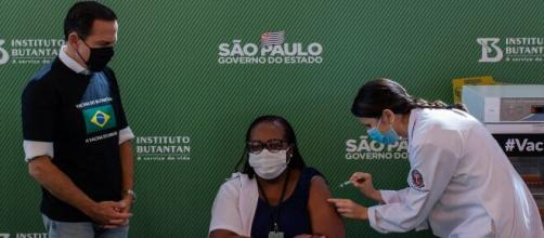 Minutos após aval da Anvisa, enfermeira de SP recebe a primeira dose da vacina. (Arquivo Blasting News)