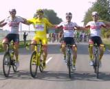 Tadej Pogacar in maglia gialla attorniato dai compagni della UAE Emirates.