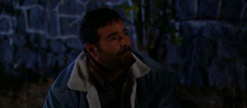 Cruz se desespera ao encontrar João morto. (Televisa)