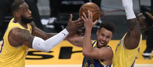 Curry contende la palla a James e Schroder.