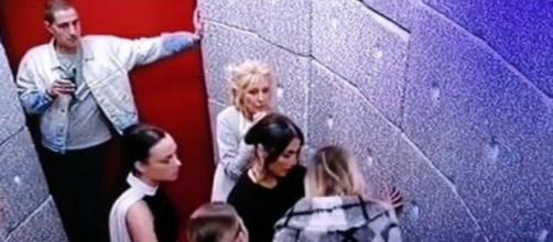 Tommaso Zorzi e gli altri inquilini bloccano Stefania Orlando davanti alla porta del GF Vip.