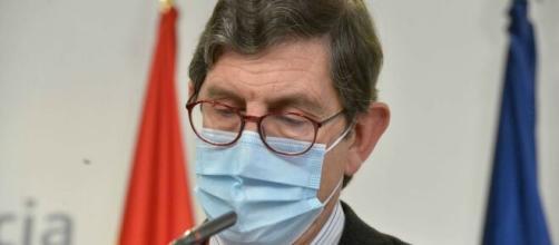 El consejero de Salud Manuel Villegas dimite tras el escándalo de las vacunas