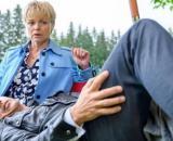 Tempesta d'amore, spoiler dal 1° al 7 febbraio: Dirk si alza dalla sedia per aiutare Linda.