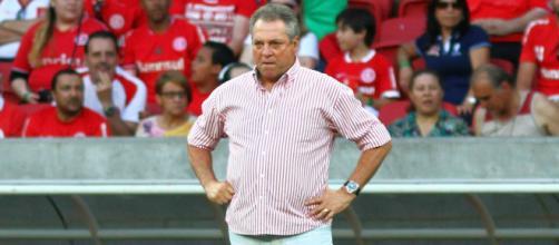 Abel Braga na beira de campo comandando equipe do Internacional.