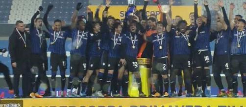 L'Atalanta alza la Supercoppa Primavera 2020-2021.