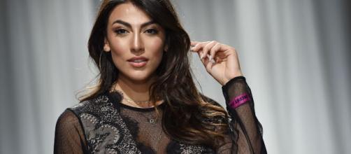 Grande Fratello Vip, Giulia vorrebbe dare un bacio saffico alla Orlando: 'Sei sexy'.