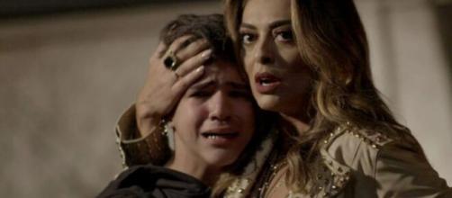 Yuri é ajudado por Bibi em 'A Força do Querer'. (Foto: Globo).