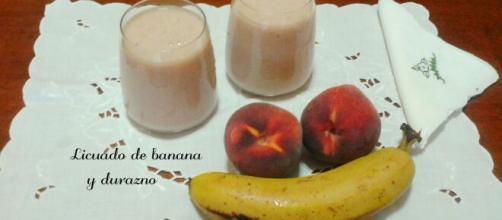 Licuado de banana y durazno para un desayuno nutritivo