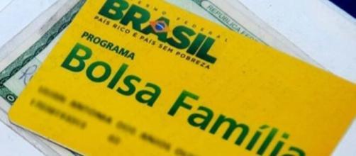 Benefício do Bolsa Família foi reajustado, segundo o ministro Lorenzoni, mas aguarda aval de Jair Bolsonaro. (Arquivo Blasting News).