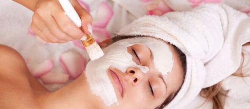 Exfoliar el rostro es una excelente terapia de relajación.