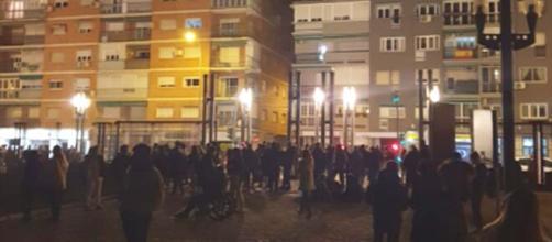 Gente aguardando en las calles de Granada durante un terremoto