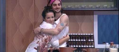 """Juliette e Fiuk abraçados no """"BBB"""". (Reprodução/TV Globo)"""