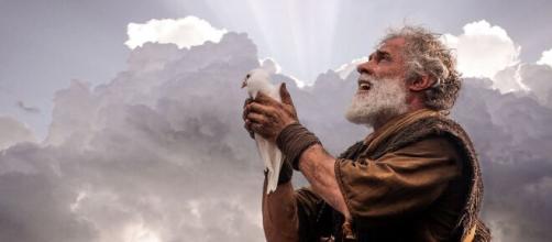 """Noé recebendo mensagem de Deus em """"Gênesis"""". (Reprodução/RecordTV)."""
