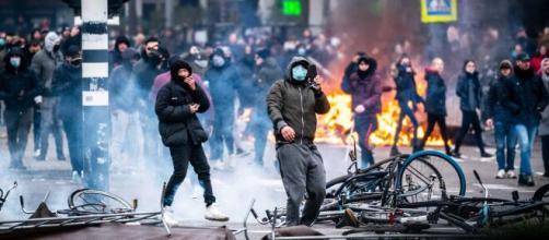 Países Bajos sufre altercados en las calles de varias ciudades por el toque de queda.