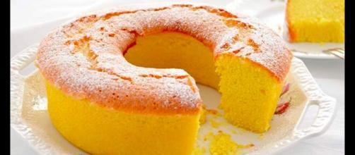 Torta all'acqua aromatizzata al limone: un dolce leggero senza latte, burro e uova.