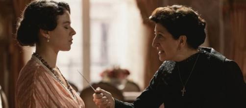 Una vita, trame Spagna: Genoveva vuole sfrattare Ursula, lei la minaccia con un coltello.
