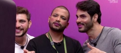 Homens são maquiados por mulheres no 'BBB21'. (Reprodução/TV Globo)