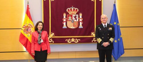 La ministra junto al almirante López Calderón tras tomar este posesión como nuevo JEMAD